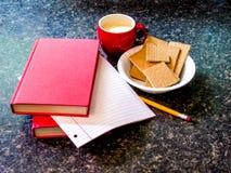 Молоко, печенья, и домашняя работа стоковые изображения rf