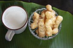 Молоко сои с ручкой зажаренного хлеба или китайским донутом стоковая фотография