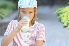 молоко стекла мальчика Стоковая Фотография RF