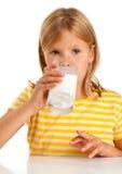 Молоко девушки выпивая Стоковые Изображения RF