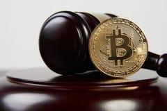 Молоток аукциона и cryptocurrency bitcoin стоковая фотография