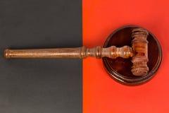 Молоток для судьи и аукционов держать Стоковые Фото