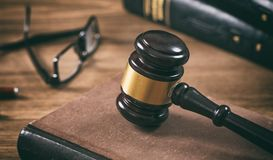 Молоток закона или аукциона и книга, деревянная предпосылка стола офиса крупного плана eyedroppers высокий разрешения взгляд очен Стоковое Изображение