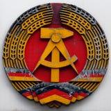Молоток и круг эмблемы ГДР Восточной Германии стоковая фотография rf