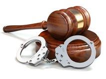 Молоток и наручники изолировали предпосылку белизны oin Закон и justi Стоковое фото RF