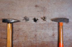 Молоток и ногти на деревянной предпосылке доски стоковое изображение rf