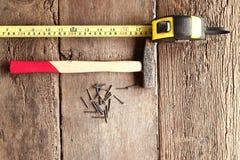 Молоток и ногти на древесине Стоковое фото RF