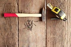 Молоток и ногти на древесине Стоковые Фотографии RF