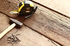 Молоток и ногти на древесине Стоковые Фото