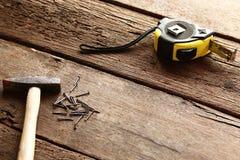 Молоток и ногти на древесине Стоковое Изображение