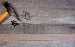 Молоток и ногти на естественной деревянной предпосылке с космосом экземпляра для вашего собственного текста стоковые изображения rf