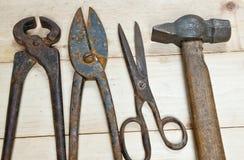 Молоток и острозубцы на деревянной предпосылке стоковая фотография