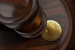 Молоток и Bitcoin судьи Концепция проблем налога торговцев Bitcoin Стоковые Изображения