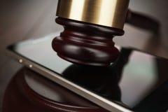 Молоток и smartphone судьи Стоковые Изображения