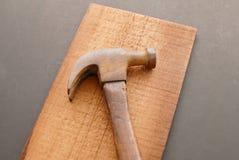 Молоток на древесине Стоковая Фотография