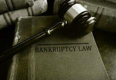 Молоток на книгах закона о банкротствах стоковые фото