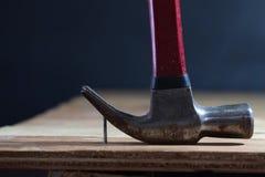 Молоток передвигает с помощью рукоятки ноготь стоковое изображение rf