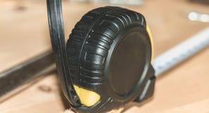 Молоток пригвождает ключ и метр клал на деревянный стойл стоковое фото rf
