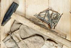 Молоток сбора винограда с ногтями на деревянной предпосылке стоковое фото rf