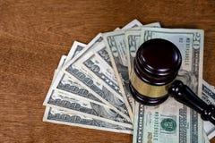 Молоток суда на американских деньгах стоковое изображение