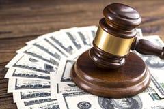 Молоток судьи и 100 банкнот денег доллара стоковые изображения rf