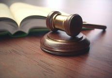 Молоток судьи и книга законодательства стоковое фото rf