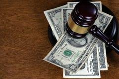 Молоток судьи на деньгах стоковое изображение rf
