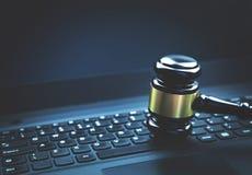 Молоток судьи на компьтер-книжке Принципиальная схема злодеяния интернета Закон и как раз стоковые фотографии rf
