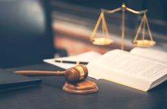 Молоток судьи с книгой по праву на деревянном столе стоковое фото rf