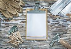 Молоток с раздвоенным хвостом доски сзажимом для бумаги защитных перчаток blueprints ногти деревянные Стоковые Изображения