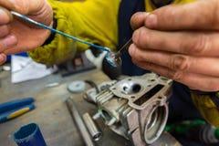 молоть головки цилиндра самоката ремонты мотоцикла Стоковая Фотография