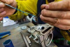 молоть головки цилиндра самоката ремонты мотоцикла Стоковая Фотография RF