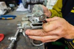 молоть головки цилиндра самоката ремонты мотоцикла Стоковое Изображение RF