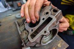 молоть головки цилиндра самоката ремонты мотоцикла Стоковые Изображения