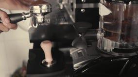 Молоть и руководство профессионала конца-вверх льют к кофе держателя свеже зажаренному в духовке для машины эспрессо Подготавлива акции видеоматериалы