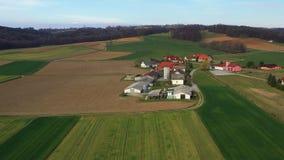 Молочная ферма в Словении, Европе, с амбарами и силосохранилищами, окруженными с полями видеоматериал