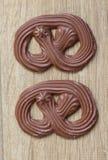 Молочный шоколад роскошный на деревянной предпосылке стоковые изображения rf
