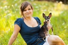Молодая женщина и ее собака чихуахуа Стоковое фото RF