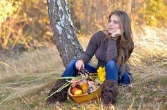 Молодая женщина напольная Стоковые Изображения