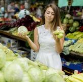 Молодая женщина на рынке Стоковые Изображения
