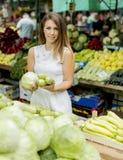 Молодая женщина на рынке Стоковая Фотография RF