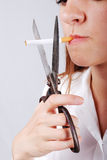 Молодая женщина около для того чтобы отрезать cigarete Стоковые Изображения RF