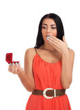 Молодая женщина с обручальным кольцом в коробке Стоковое Фото