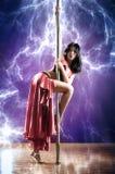 Молодая женщина танцульки полюса Стоковое фото RF