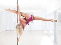 Молодая женщина танцульки полюса Стоковые Изображения RF