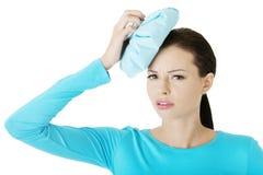 Молодая женщина терпя от мигрени Стоковые Фотографии RF