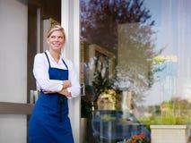 Молодая милая деятельность женщины как florist в магазине Стоковое Фото
