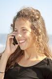 Молодая привлекательная красотка делая phonecall Стоковые Изображения