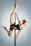 Молодая сексуальная танцулька полюса тренировки женщины Стоковые Фото