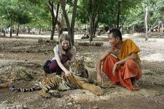 Молодая туристская девушка в виске тигра Стоковая Фотография
